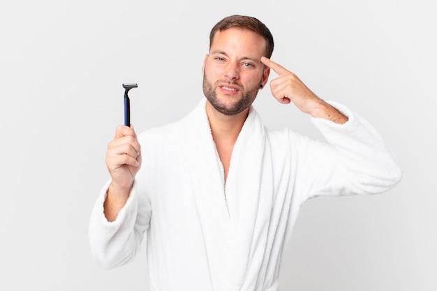 Bell'uomo biondo che si sente confuso e perplesso, mostrando che sei pazzo. concetto di rasatura