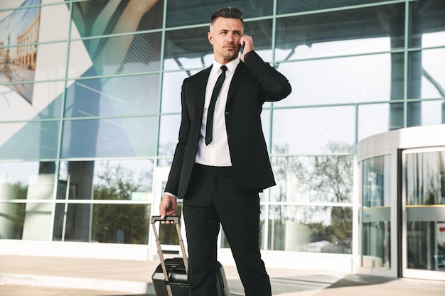Uomo d'affari bello vestito in tuta