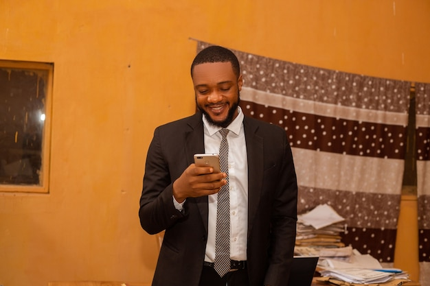 Un bell'uomo d'affari si è entusiasmato per quello che ha visto sul suo cellulare