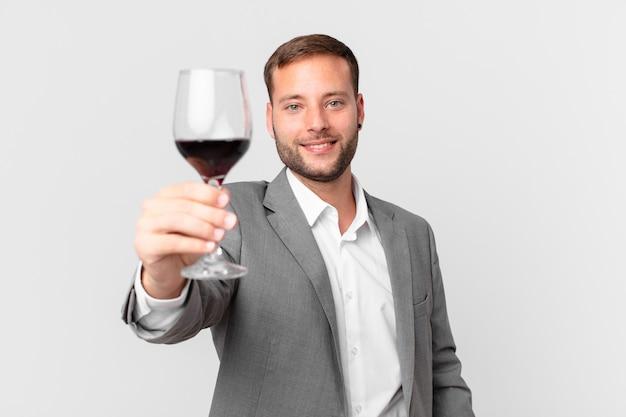 Bell'uomo d'affari che beve un vino