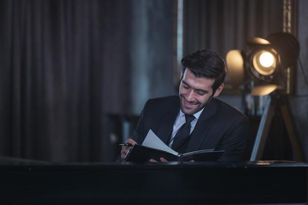 Uomo d'affari bello pianificare il lavoro e prendere appunti.