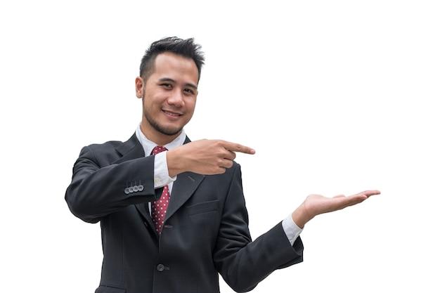 Uomo d'affari bello che sorride con il palmo della mano