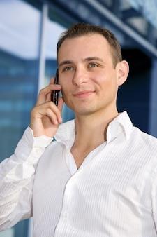 Bel uomo d'affari con il telefono cellulare