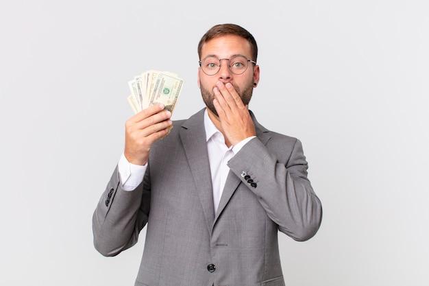 Bello uomo d'affari con banconote in dollari?