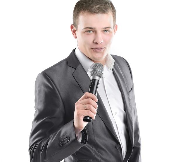 Bello uomo d'affari con microfono. isolato su bianco