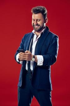 Bello imprenditore con il telefono cellulare