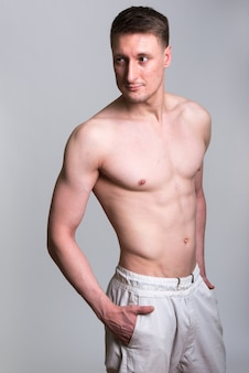 Uomo caucasico bello isolato su bianco