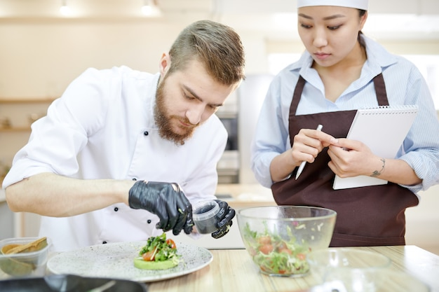 Piatti di placcatura chef bello