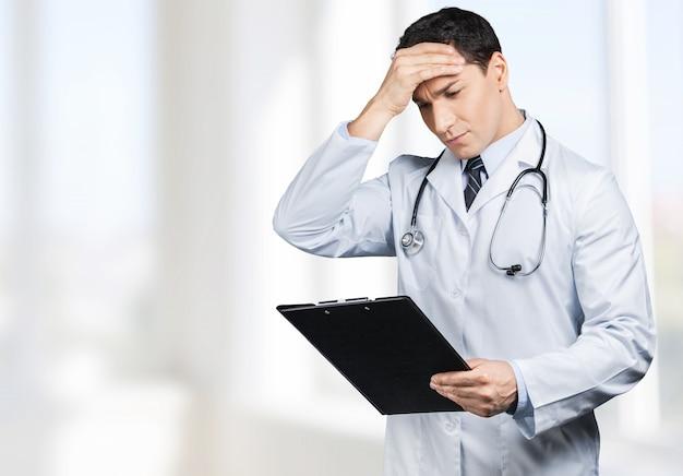 Bel ritratto di dottore su sfondo