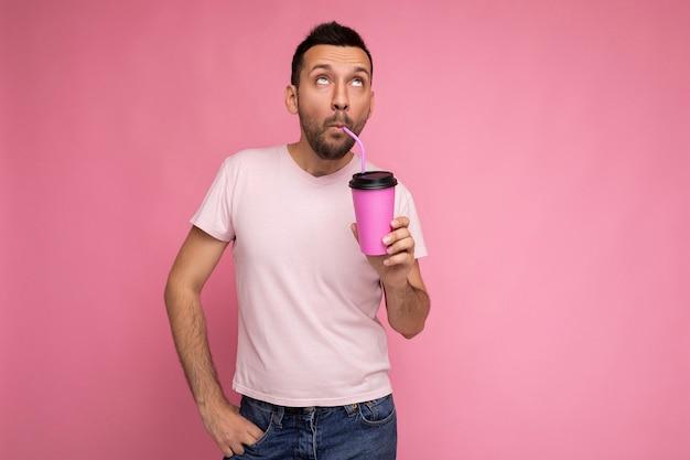 Persona di sesso maschile con la barba lunga giovane brunetta gioiosa divertente bello con la barba che indossa la maglietta bianca