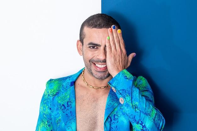 Bell'uomo gay con le unghie dipinte gay ferma l'uomo che sorride con la mano sul viso con le unghie dipinte