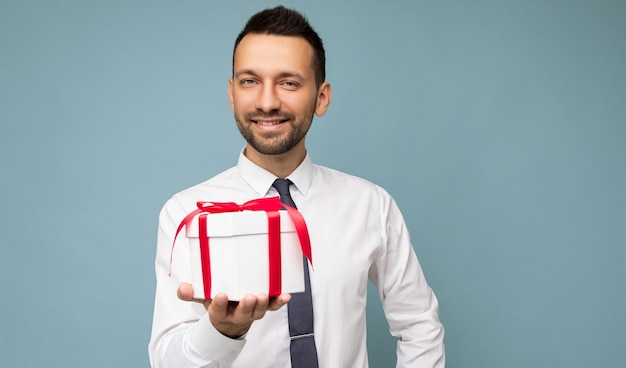 Bello felice sorridente brunet giovane uomo con la barba lunga isolato