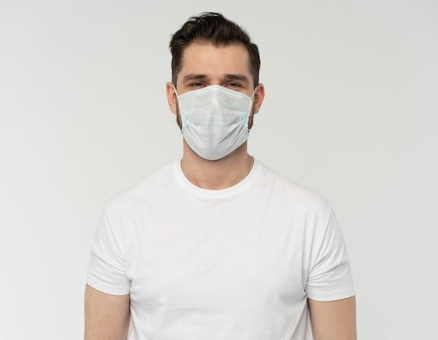 Uomo moderno bello hipster con maschera protettiva