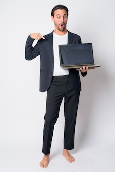 Bel uomo d'affari ispanico che indossa tuta