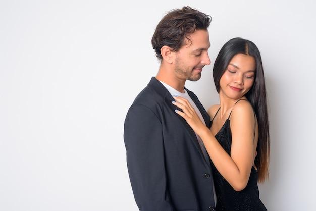 Uomo d'affari ispanico bello e giovane imprenditrice asiatica bella insieme