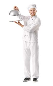 Chef maschio bello con vassoio e cloche su sfondo bianco