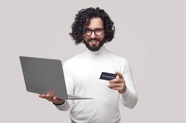 Bel maschio che fa shopping online