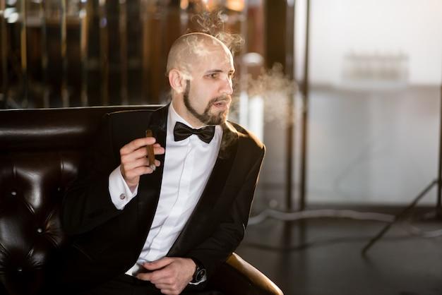Uomo maschio bello in un cappotto del vestito