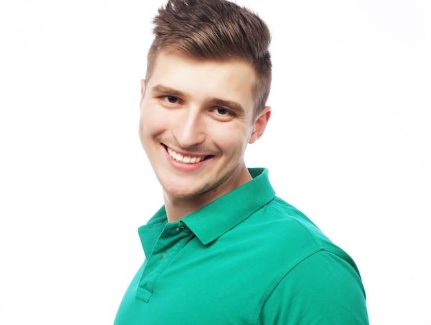 Bell'uomo in maglietta verde vuota isolata su bianco