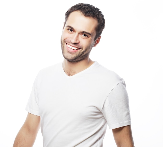 Uomo bello in camicia bianca vuota, faccia felice