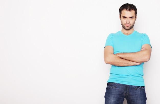Uomo bello in camicia blu