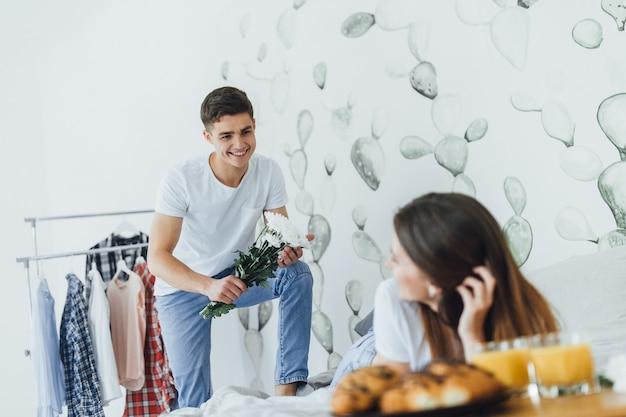 Un bell'uomo ha portato dei fiori nel letto a sua moglie.