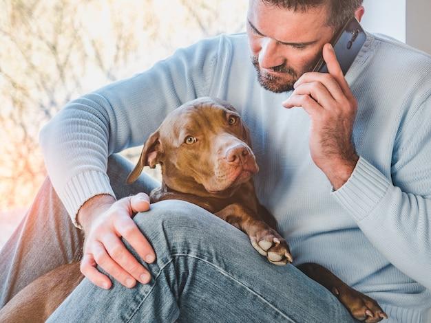 Bell'uomo e un cucciolo affascinante. avvicinamento