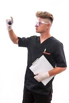 Chimico di bell'uomo con pallone che fa esperimento in laboratorio