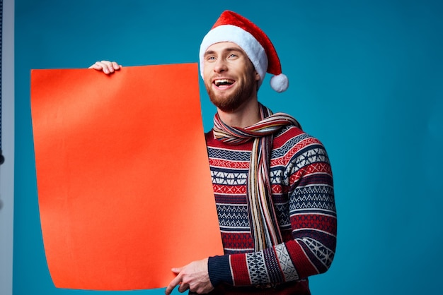 Bell'uomo in un poster di mockup arancione di natale sfondo blu