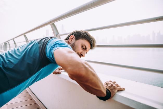 Fare bello dell'uomo risolve ed esercizi differenti all'aperto