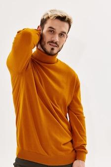 Uomo bello acconciatura moda look attraente abbigliamento stile maschile