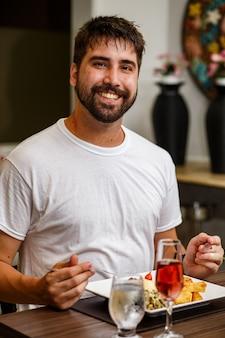 Bell'uomo che cena da solo al ristorante durante la pandemia
