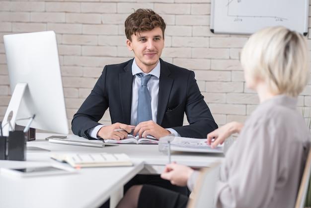 Uomo bello nella riunione d'affari importante