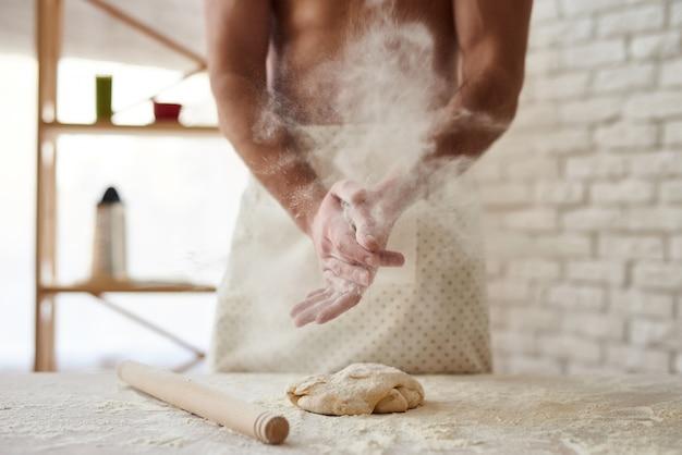 L'uomo bello fa la spruzzata dalla farina.