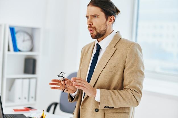 Bell'uomo in ufficio con le tecnologie dei documenti