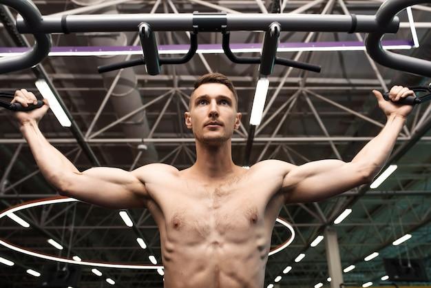 Muscoli pompanti del braccio dell'uomo bello