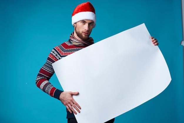 Bell'uomo con un cappello da babbo natale che tiene in mano uno sfondo isolato per le vacanze di banner