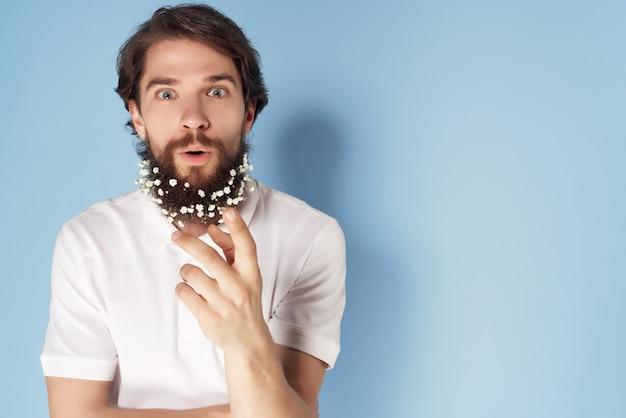 L'uomo bello in camicia fiorisce nella priorità bassa blu di stile di vita di cura dei capelli della barba