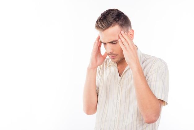 Uomo bello che tocca la sua testa che soffre di mal di testa