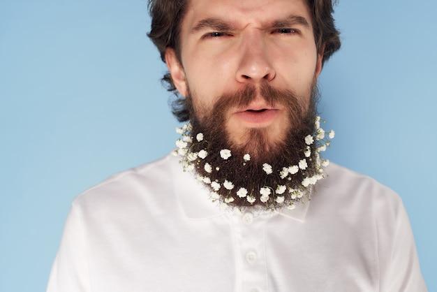 Bell'uomo camicia bianca elegante acconciatura fiori capelli