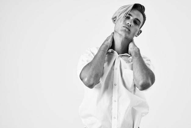 Bell'uomo in camicia bianca acconciature alla moda professionale fiducia in se stessi