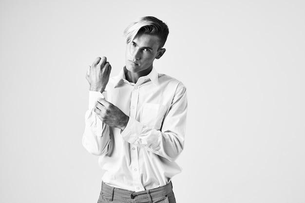 Uomo bello con moda ritratto camicia bianca acconciatura alla moda. foto di alta qualità Foto Premium