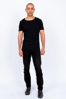 Bell'uomo calvo multietnico che indossa una camicia nera contro il muro bianco