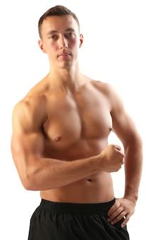 Bel giovane muscolare isolato su superficie bianca