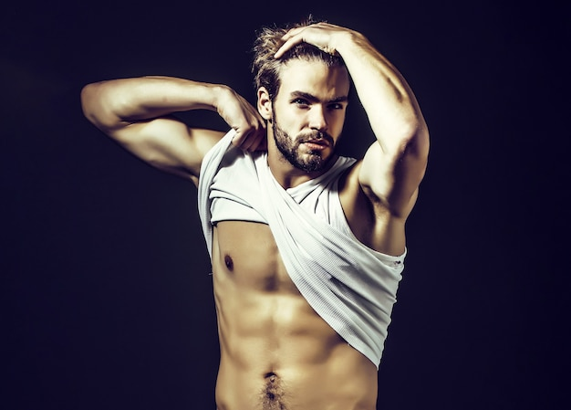 Bell'uomo muscoloso e sexy