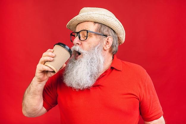 Bell'uomo anziano anziano
