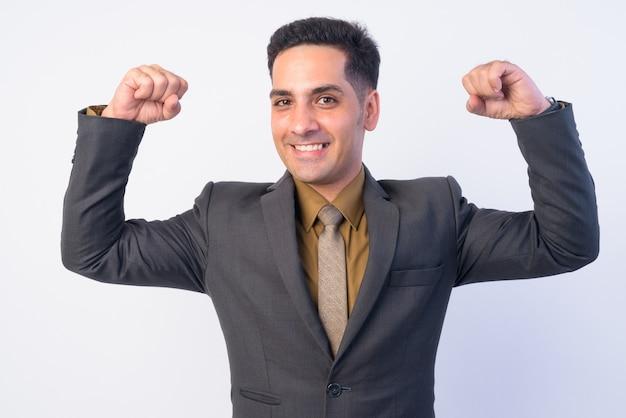 Uomo d'affari persiano bello in vestito isolato