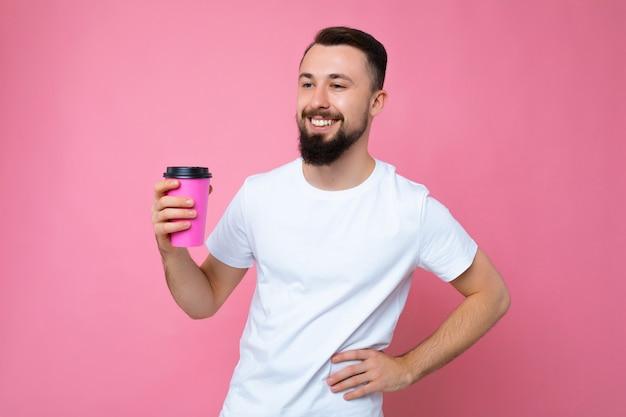 Bello positivo giovane bruna barbuto uomo che indossa la maglietta bianca