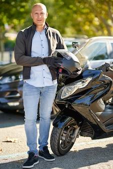 Bel pilota ragazzo racer motocicletta. stile di vita urbano brutale.