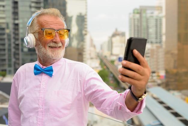 Uomo turistico senior bello esplorare la città di bangkok, thailandia